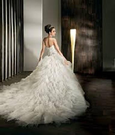 Riches d'années d'expérience nous traitons vos robes de mariée et de cérémonie avec le plus grand soin. Perles et paillettes n'ont plus de secret pour nous et nous sommes toujours heureux de vous satisfaire.